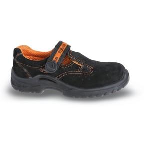 Sandálias em camurça macia, com fecho de correia