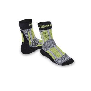 Meias Maxi com inserções protetoras e respiráveis em áreas de perna e dorso do pé.