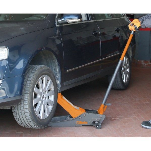 Lowered Hydraulic Jack, 2 T, With 4 Wheels 3029/2T Beta