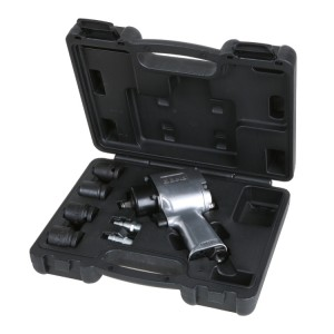 Composition d'un clé à chocs réversible compacte et quatre douilles à chocs, dans coffret en plastique